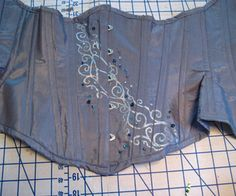 How to make an underbust corset (pattern not included, but good step-by-step instructions) #sewing #cosplay