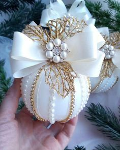 45 Affordable Christmas Décor Ideas With Stunning Ornaments To Try Cool Christmas Trees, Beaded Christmas Ornaments, Pink Christmas, Handmade Christmas, Christmas Tree Decorations, Christmas Holidays, Christmas Crafts, Victorian Christmas, Diy Weihnachten