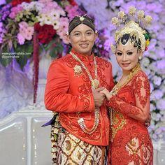 #beautiful #wedding #dress #paesageng #red #bride #groom #brideandgroom #foto #pernikahan Mada+Dina di #jogja #yogyakarta http://poetrafoto.com
