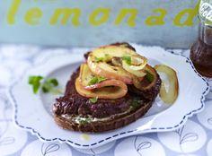 Berliner Steakschnitte mit Apfel  Zutaten  Für   4  Personen 4 Scheiben   Graubrot   4–5 Stiel(e)   Majoran   2   Zwiebeln   1   Apfel (z.B. Elstar)  4   Huft- oder Beefsteaks (à ca. 200 g)  5 EL   Öl       Meersalz und Pfeffer  2 EL   weiche Butter       Alufolie