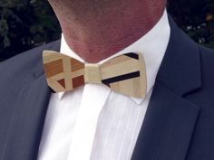 Noeud papillon en marqueterie bois - Patchwork bois - Wooden bow tie : Cravates par marqueterie-49 Whittling Wood, Wooden Bow Tie, Tie Styles, Dress For Success, Bow Ties, Perfect Man, Laser Cutting, Men Dress, Fashion Accessories