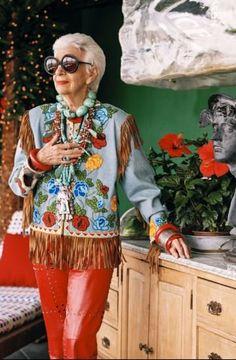 Un documentario in uscita il 29 aprile racconta vita, gesta e parole di Iris Apfel, una delle personalità più vulcaniche della moda