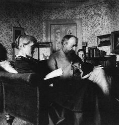 Virginia Woolf with her father Sir Leslie Stephen and her mother Julia Jackson at Talland house in 1892 Virginia Woolf, Leonard Woolf, Duncan Grant, Vanessa Bell, Bloomsbury Group, Mikhail Baryshnikov, English Writers, Janet Leigh, Aziz Ansari