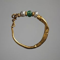 http://www.thorvaldsensmuseum.dk/ Ear-ring. Roman, 0-200 CE Gold, emerald, pearl. 2,0 cm diameter Inventory number: H1817