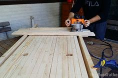 Woodworking School How to Make a Solid and Cheap Workbench Woodworking Diy Workbench, Industrial Workbench, Workbench Top, Woodworking Courses, Woodworking School, Workbench Plans, Learn Woodworking, Easy Woodworking Projects, Wood Projects