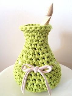 Crochet Vase made of T-Shirt Yarn - Tutorial not in English :-( Crochet Vase, Love Crochet, Diy Crochet, Crochet Crafts, Hand Crochet, Chunky Crochet, Yarn Projects, Crochet Projects, Deco Champetre