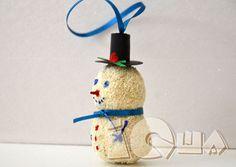 Поделка снеговик своими руками. Дети обожают делать снеговиков. Но что делать, если снег слишком рыхлый или его даже под новый год почти нет? Конечно же, делать игрушечного снеговика своими руками! Давайте сделаем с нашими малышами игрушку на елку.