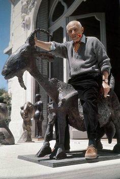 Pablo Picasso sentado en su Cabra escultura en bronce realizada en 1950