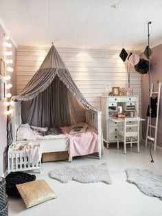ambiance cocooning, tipi gris, lit en bois, guirlande lumineuse à boules, chambre d'enfant