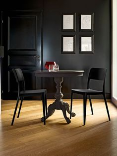La sedia ristorante Nenè, adatta ad arredare ambienti esterni ed interni di locali che basano il loro core business sul food & drink. Sedia in plastica .