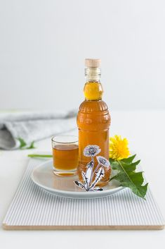 Dandelion syrup recipe (in German) Taraxacum Officinale, Healthy Mind And Body, Fancy Drinks, Kraut, Hot Sauce Bottles, Feel Better, Frugal, Natural Remedies, Health Tips