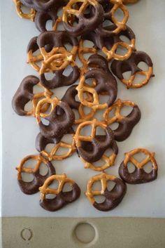 Hostess gift idea: homemade chocolate covered pretzels in a mason jar