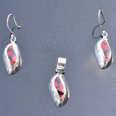 Set Huayruro. Prachtige Set (oorbellen en hanger ) van zilver met huayruro zaden. Huayruro zaden zijn bekend om geluk aan te. Lengte hanger 2,6 cm Lengte Oorbellen 2,6 cm Prijs : 39,95 Gratis verzending in NL  http://www.dczilverjuwelier.nl/