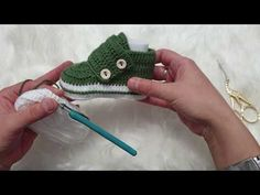 Baby Converse, Baby Knitting Patterns, Fingerless Gloves, Arm Warmers, Baby Gifts, Sewing Crafts, Free Pattern, Youtube, Projects