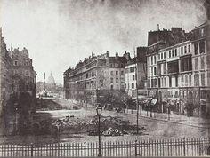 Les restes des barricades de la Révolution de 1848 dans la rue Royale. On voit la place de la Concorde et l'Obélisque au loin. Une photo de Hippolyte Bayard (© Société Française de Photographie, Paris)  (Paris 8ème)