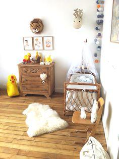 Chambre de bébé vintage. Lit en rotin