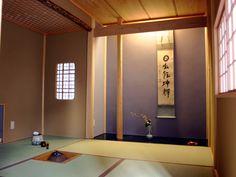 茶室  奥様の趣味のひとつのお茶室(4畳半)です。   右手前に少し写っているのがにじり口で、床の間の左には、下地窓をつくり、手前座の明り取りにしています。