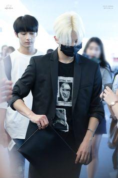 So skinny 😰 Airport Fashion Kpop, Kpop Fashion, Woozi, Mingyu, Jeonghan Seventeen, Won Woo, Fandom, Seungkwan, Beautiful Person