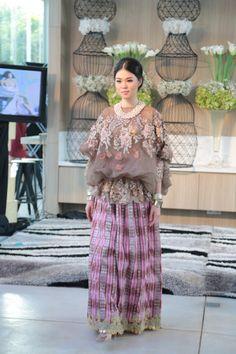 Baju Bodo ala Didiet Maulana lewat lini Svarna. Dia membuat dua lapis baju dengan detail aplikasi bunga pada lapisan bagian dalam baju miliknya. (Credit: Svara by IKAT Indonesia)