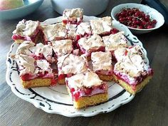 Ingredients: 25 dag flour  1 teaspoon baking powder  12 dag sugar  1 pouch vanilla sugar  1 egg  2 egg yolks  12 dag cold butter  1-2 tbsp cream    ½ cup jam (plum/sour cherry/apricot)    3 egg whites  a pinch of salt  20 dag sugar  ½ kg red currants  Method: Sift the flour and baking powder. Add the sugar, vanilla sugar, egg, egg yolks, cream, and thinly sliced butter.