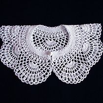 Discover recipes, home ideas, style inspiration and other ideas to try. Crochet Collar Pattern, Col Crochet, Crochet Lace Collar, Crochet Cape, Crochet Designs, Crochet Patterns, Crochet Leaves, Pineapple Crochet, Crochet Accessories