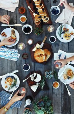 Found on Lovelyish.com / food and friends / tablescape / pretty table setting / breakfast