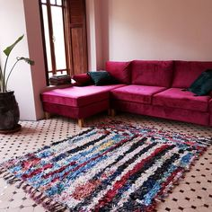 This arty Boucherouite carpet shows irregular striping with a little mood shift at the start. All knotted with recycled scraps of textiles. #boucherouite #berberart #finditstyleit #vintagerug #moroccanrug #floorart