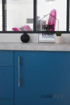 Réalisation #PetiteCuisine : Aménagée dans des bureaux, cette cuisine illustre parfaitement la tendance bleu qui s'empare de nos intérieurs #CuisineDeBureau #CuisineBleu