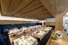 Restaurant im Quellenhof Leutasch in Seefeld. Wellness Hotel Tirol, Modern Food, Bar Food, Wine Design, Resort Spa, Lunch, Restaurant, Table Decorations, Dinner