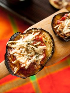 These bite-sized Eggplant Pizza Rounds are an addicting, healthy way to satisfy your craving for pizza without the carbs. #recipe