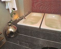 At hotel Scandic Värnamo. How great would it be to have these double tubs at home? Bathroom Styling, Tubs, Corner Bathtub, Sink, Cozy, Home Decor, Style, Bathtubs, Sink Tops