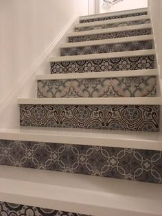 Traprenovatie, portugese tegels tegen de stootrand geplaatst www.arnodiarno.nl Tiled Hallway, Tile Stairs, House Staircase, Staircase Design, Home Interior Design, Interior Decorating, Stair Stickers, Stair Makeover, Stair Steps