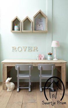 Houten bureau met oude stoeltjes. Leuk voor kinderhoek