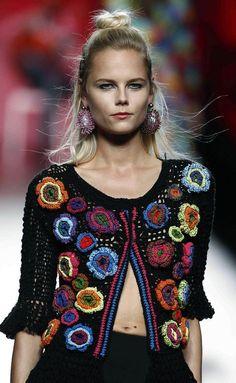 Para a Primavera 2016, Francis Montesinos apostou em peças coloridas de crochê.     Flores coloridas de crochê e ponto fantasia com trama a...