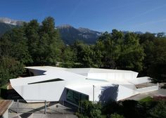 Bilding is a faceted wooden community centre built by students in an Austrian park
