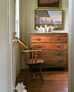 Antiques with contemporary art vignette - Nora Murphy Country House Devine Design, Interior And Exterior, Interior Design, Cottages By The Sea, New England Style, Country Decor, Farmhouse Decor, Decoration, Interior Inspiration