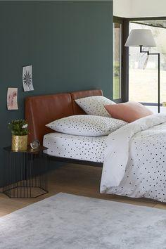 Une chambre style industriel chic, avec tête de lit en cuir, chevet design et linge de lit à pixels - La Redoute Intérieurs