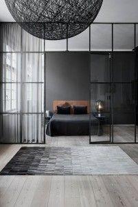 Yatak odanızda siyahın gücünü zıt tonlarla yumuşatın.