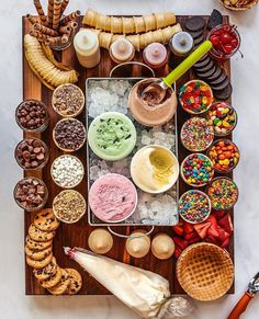 Charcuterie Recipes, Charcuterie Platter, Charcuterie And Cheese Board, Kreative Snacks, Kreative Desserts, Sundae Bar, Party Food Platters, Snacks Für Party, Sleepover Snacks