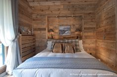 Arte Rovere Antico - Photo by Duilio Beltramone for Sgsm.it - Casa Scacchi - Limone Piemonte - Italy - Wood Interior Design - Mountain House Chalet Interior, Country House Interior, Wood Interior Design, Mountain Bedroom, Lodge Bedroom, Rustic Barn Homes, Chalet Design, Cabin Interiors, Cabins And Cottages