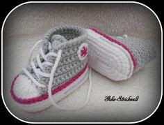 Babyschuhe Turnschuhe hellgrau 10 cm gehäkelt von Gelis-Strickwelt auf DaWanda.com