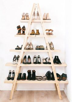 DIY Ladder Shelves Tutorial from A Pair & A Spare. The pine planks (get them cut by the hardware store) are attached to the ladder with simple L brackets. Below is a photo of the DIY ladder shelves styled for a living room. Diy Casa, Ideas Para Organizar, Deco Originale, Home And Deco, New Room, Apartment Living, Apartment Hacks, Apartment Therapy, Apartment Makeover