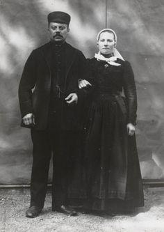 Paar in streekdracht Kampen en Kampereiland Paar uit Kampen, gekleed in de streekdracht van Kampen en het Kampereiland. De vrouw draagt een 'neepjesmuts' en op het jak een 'knupdoekje'.  De opname is gemaakt in 1913 te Amsterdam, tijdens het Klederdrachtenfeest. Dit was onderdeel van de festiviteiten rond de 100-jarige onafhankelijkheid van Nederland (1813-1913). #Overijssel #Kampen #nieuwedracht