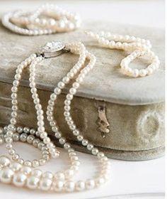 pearlsark:  Pearls in a #vintage looking jewel box.