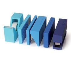 Set Buro Bleu sur Fubiz For SPOOTNIK. Ensemble 5 pièces Buro : Calculatrice, agrafeuse, perforatrice, dévidoir de ruban adhésif, calendrier LCD