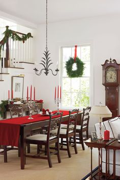 Establish a historic style. These homeowners took inspiration from British colonial style, and they limited their color palette to crisp white and ebony. The furnishings in this dining space are classic American or English shapes.  See this High Style Lowcountry Home