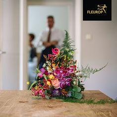 Een trouwboeket in plukstijl is heel populair. Kenmerkend voor een boeket in plukstijl is dat er veel verschillende bloemen in verschillende kleuren in het boeket zijn verwerkt. In dit boeket zijn o.a. een orchidee, roos, gerbera, gloriosa en eucalyptus verwerkt. Dit boeket is gemaakt door Fleurop Bloemist Tommy Bloemen uit Leerdam. Gerbera, Table Decorations, Furniture, Home Decor, Decoration Home, Room Decor, Home Furnishings, Home Interior Design, Dinner Table Decorations