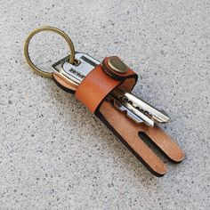 hand made leather k rings/wallets Leather Art, Leather Gifts, Leather Design, Leather Tooling, Leather Jewelry, Leather Key Holder, Leather Key Case, Leather Keychain, Leather Wallet