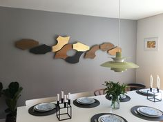 Mix of Yin, Zeppelin and XOX in your dining room? Why not enjoy a nice meal with a view to an eye catching wall decoration? Zinc, oak and brass.