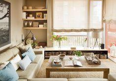 Muebles bajos  Ofrecen capacidad sin impedir el paso de la luz. En este salón, además, una columna de baldas aprovecha un espacio muerto en una esquina y el sofá, en L, da plazas de asiento y crea un ambiente más acogedor.
